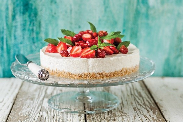 White chocolate cheesecake with strawberries